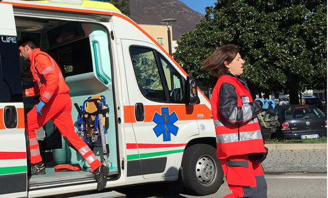 ambulanza emergenza sanitari donna