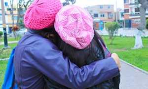 b amiche abbraccio spalle