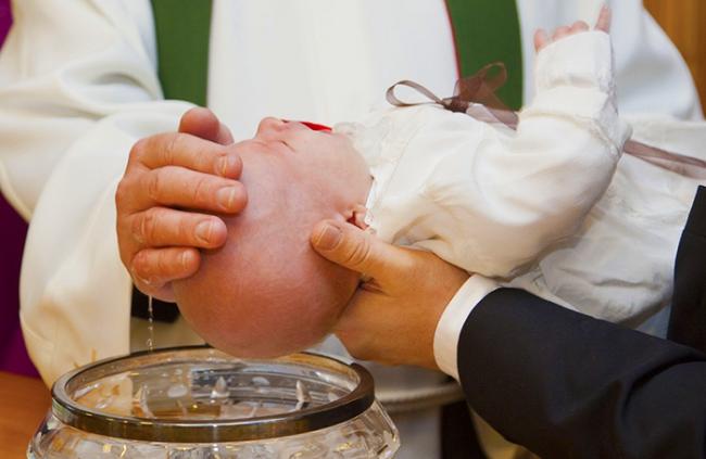 battesimo bambino acqua