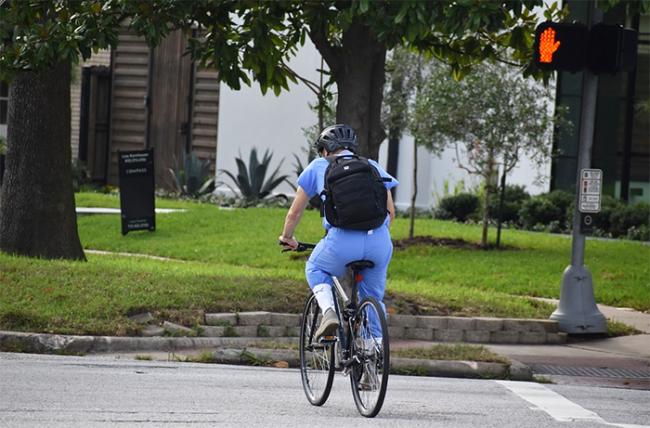 bicicletta attraversamento semaforo
