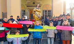 corta bambini processione madonna