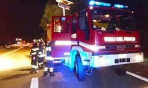 corta vigili fuoco superstrada notte