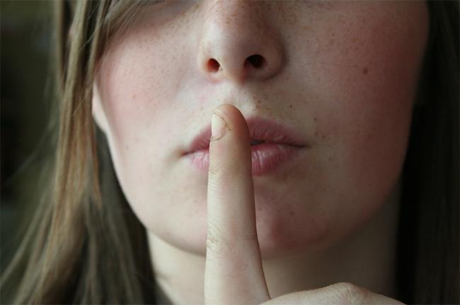 dito silenzio ragazza