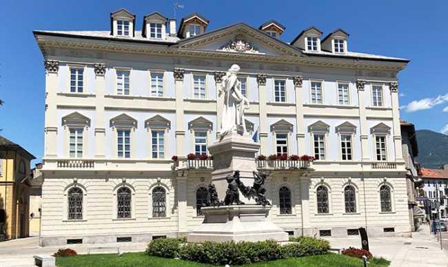 domo comune e statua