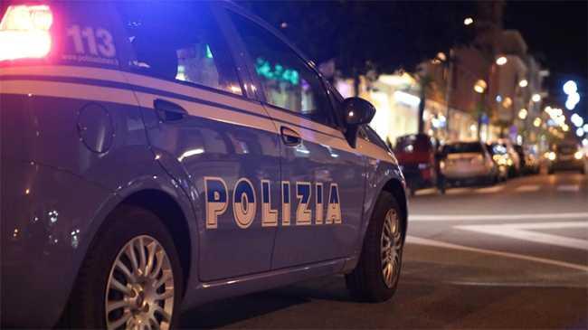 polizia auto notte scritta strada