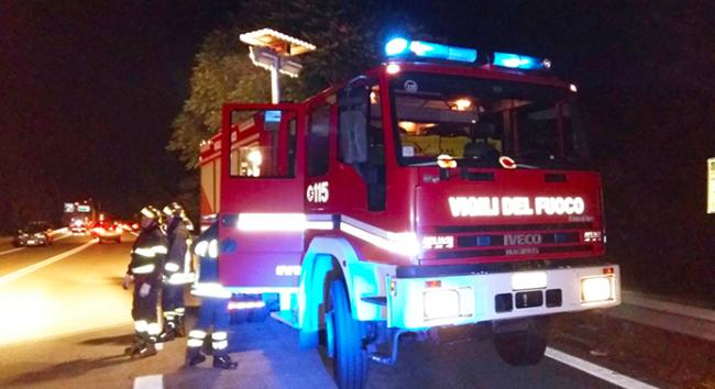 vigili fuoco superstrada notte camion