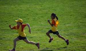 bambini corrono