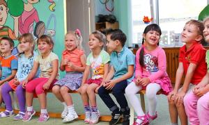 bambini asilo seduti sorrisi
