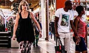 donna cammina centro commerciale