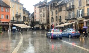 polizia piazzamercato giorno pioggia